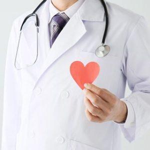 白衣の男性ドクターが紙で出来たハートを左手で持っている小さい画像