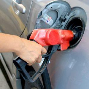 車の給油口にガソリンを入れてる小さい画像