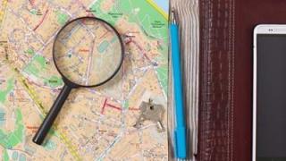 地図の上に虫メガネが置かれている