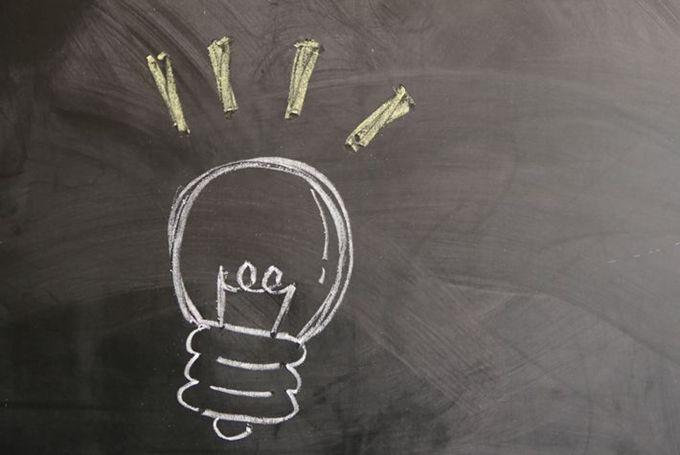 黒板にチョークで電球が描かれている