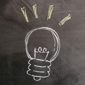 黒板にチョークで電球が描かれている小さい画像