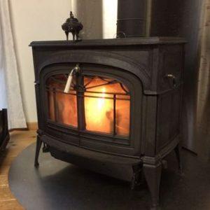 炎がこうこうと燃えている暖炉の小さい画像