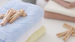重ねられたタオルと木の洗濯ばさみの小さい画像