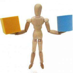 木の人形が両方の手に箱を乗せて比べている小さい画像