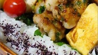玉子焼きや焼いたお肉、ゆかりご飯などが入ったお弁当の小さい画像