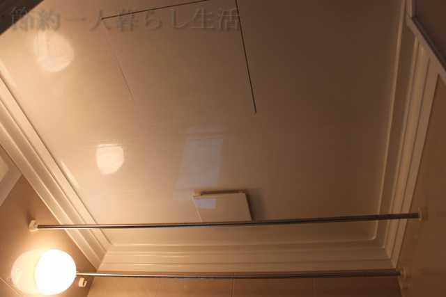 浴室の天井。薄暗くあかりが灯っている