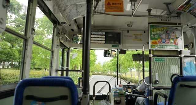 バスの車内から前方を見た風景