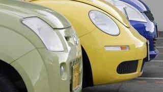 緑、黄、青、黒の順に手前から並んだ車の横顔