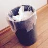 ゴミ箱に紙屑が捨てられている