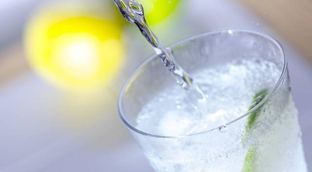 氷がたっぷり入ったグラスに炭酸飲料が注がれている