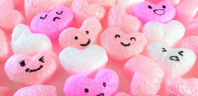 ハート型でピンク色の発泡スチロールに顔が書いてあるのがたくさんゴソっと置かれた図