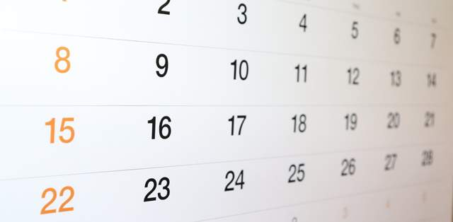 ごくシンプルなカレンダーを間近で斜めに見た画像