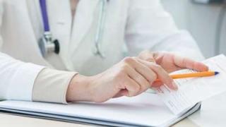 医師が書類を見て何かを説明する画像