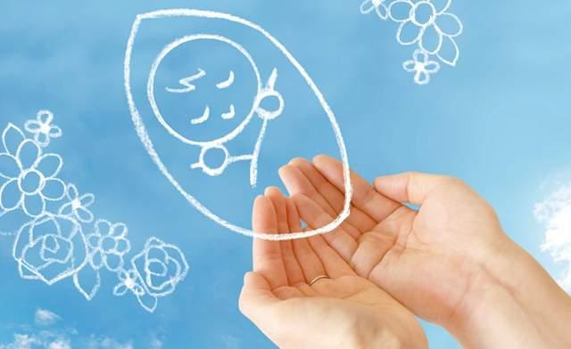 青空の背景に、両手をすくうように合わせた上に、赤ちゃんのイラストが浮かんでいる゚絵