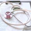問診表の上に聴診器