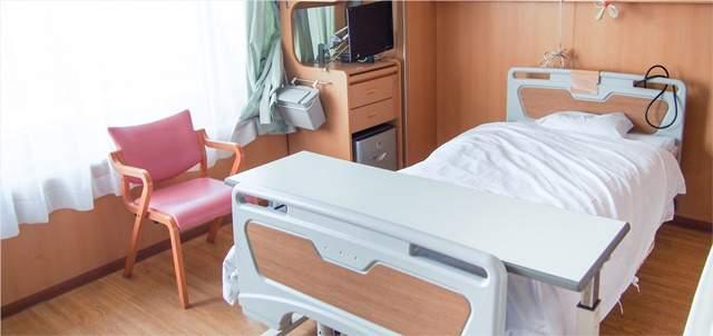 誰もいない病室のベッドとイスとテレビ