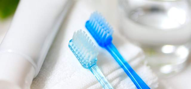 青と水色の透き通った歯ブラシが2本ならんでタオルの上に置いてある