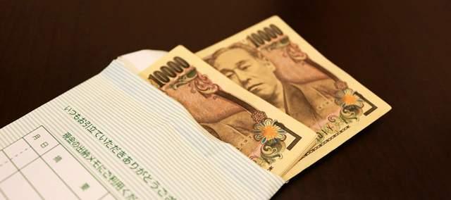 封筒からはみ出した1万円札2枚
