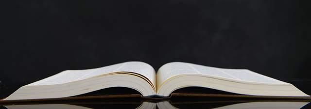 黒い背景に開いて置かれた熱い本を横から見た図