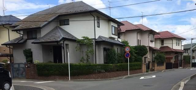 住宅街の数件並んだ一軒家