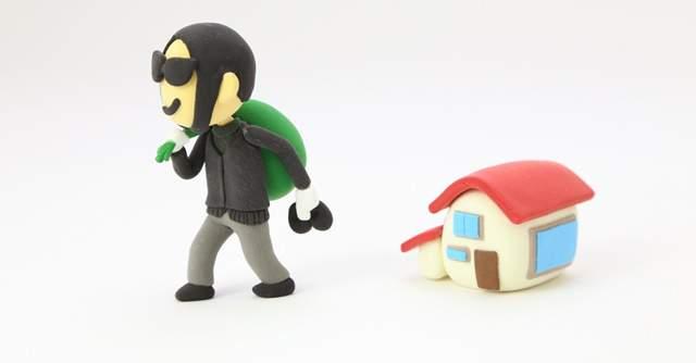 泥棒と家の模型が並んでいる