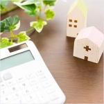 木の家の模型と計算機