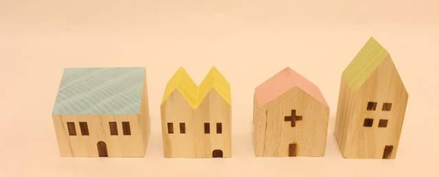 かわいい家の木製のオブジェが4つ横並び