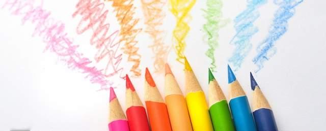 たくさんの色の色鉛筆が8本並び、先から色が出ている
