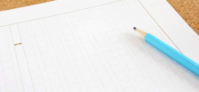 原稿用紙とその上に置かれた水色のえんぴつ