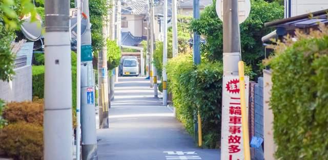 住宅街のひしめく狭い路地