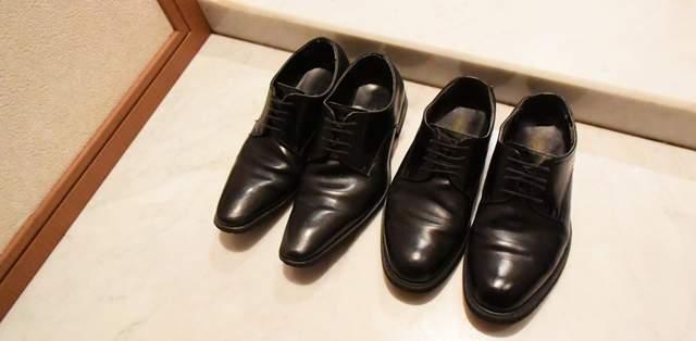 玄関に置かれた2足の男性用革靴