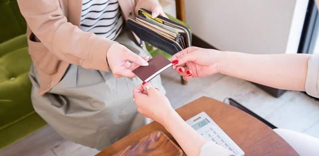 レジでポイントカードを店員から渡される客