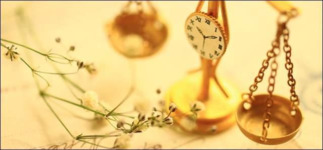 テーブルに置かれた銅色の計りと草花