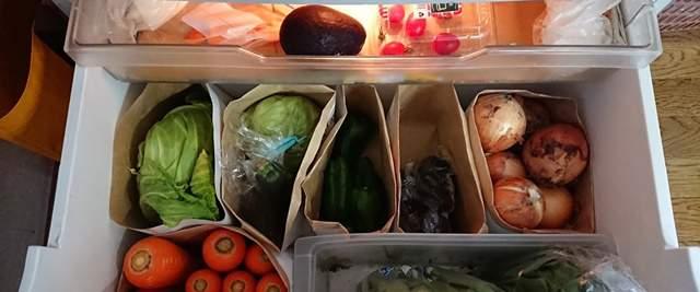 冷蔵庫の野菜室にたくさんの野菜が敷き詰められている
