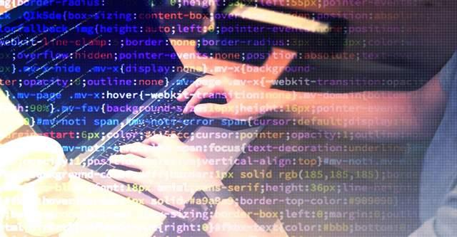 パソコンを使う男性の両手の画像に重ねて、コンピュータ言語がいっぱいに浮かんでいる