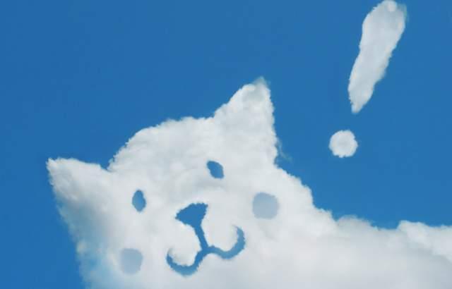 青空に、かわいい犬の形の雲とビックリマーク