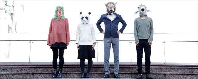 動物のかぶり物をした男女4人が屋外の幅広い階段で並んでいる