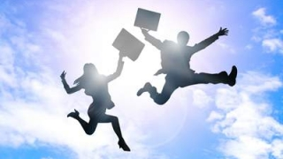 空に向かってジャンプする男女のシルエット