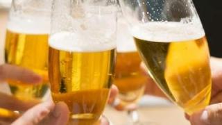 グラスビールで乾杯