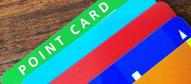 5枚かさねて置かれたポイントカード