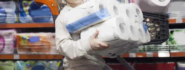 両手いっぱいにトイレットペーパーを抱えた子供の首より下の画像