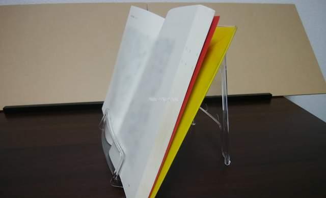 セリアの本立てに本を立て置いたのを横から見た様子