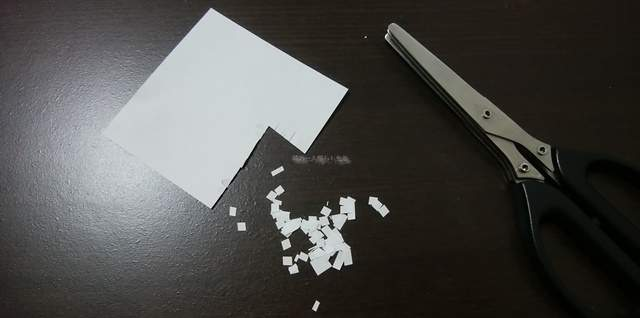 何度かシュレッダーハサミで刻んだメモ用紙