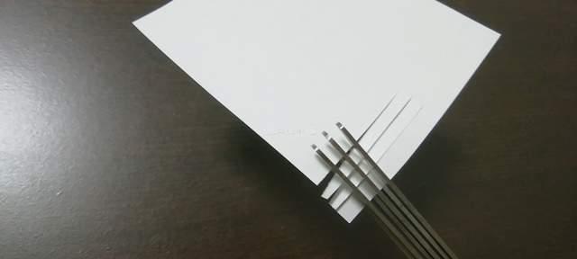 シュレッダーハサミで縦方向に切りこみを入れた紙を、横方向から切る