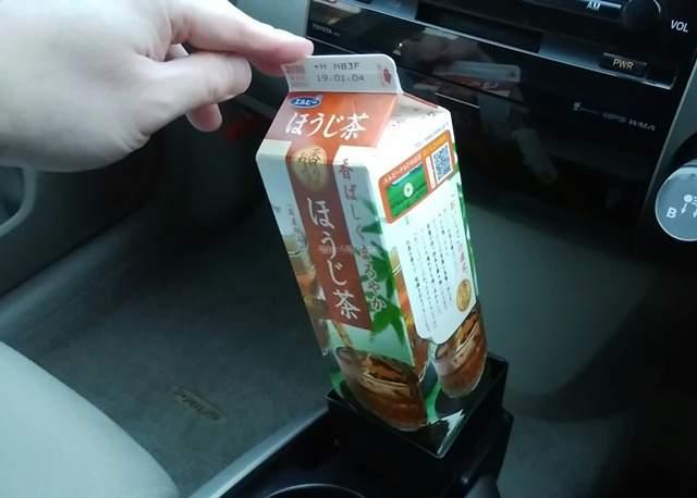 セリアの紙パックホルダーに置いた1Lサイズのほうじ茶を指で傾けてみる
