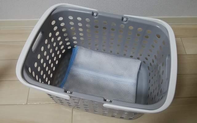 洗濯かごの底に置かれた洗濯ネット