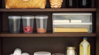 こげ茶色の木の棚に置かれたキッチン用品や調味料