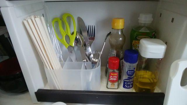積み重ねボックス小・仕切り付をキッチンに置いて箸やスプーンなどを入れている