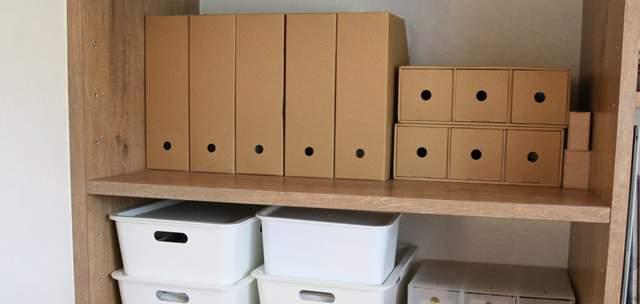 木製の棚に並べられた複数の本立てやプラケース
