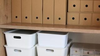棚に並んだ収納箱